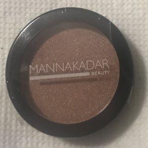 B2G2 Manna Kadar eyeshadow. D